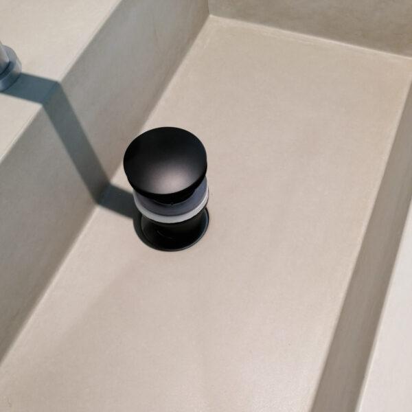 Ablaufventil PushOpen in matt Schwarz für Betonwaschbecken | dade design