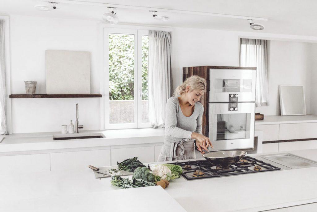 dade design Kochstudio Beton Küche Betonarbeitsplatte Weisszement