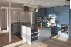 Diverse concrete kitchen design: Sky-blue meets concrete grey